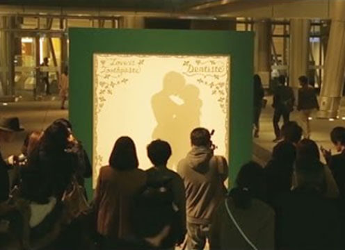 Ambient Marketing Kissing Silhouette Booth